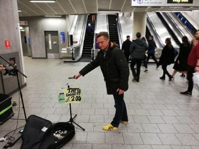 Aber die ganzen Obdachlosen und Straßenmusiker! (St. Pancras, 2019, @real_mos)