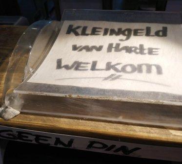 Da viele Deutsche mit frisch aus dem Automaten gezogenen Scheinen bezahlen, mag man hier auch Klimpergeld (@gnarfy NL 2020)