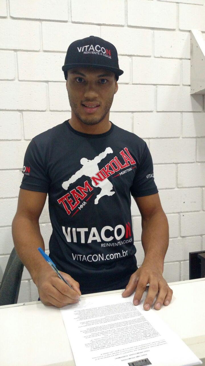 Lutador brasileiro assinou o contrato nesta sexta-feira (16/09) / Foto: Acervo Pessoal