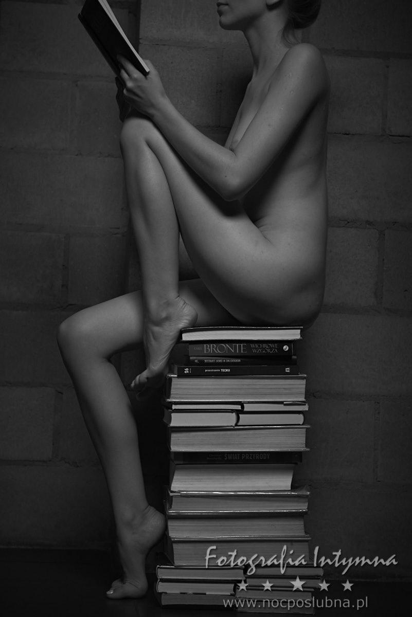 Akt kobiecy - bibliotekarka