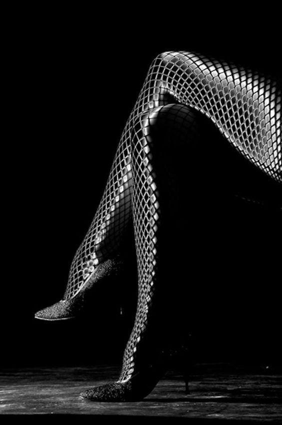 Kobiece nogi w zakolanówkach - źródło: Pinterst