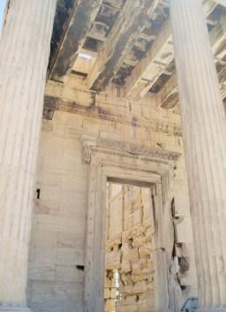 Ingang noord portiek met opening in plafond