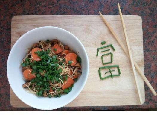 """In Sesam-Öl gebratene Soja-Geschnetzeltes mit Reisnudeln Karotten, Soja-Sprossen, Frühlingszwiebeln, Tamari und Reis-Nudeln - nennt sich """"Lucky Bowl"""""""