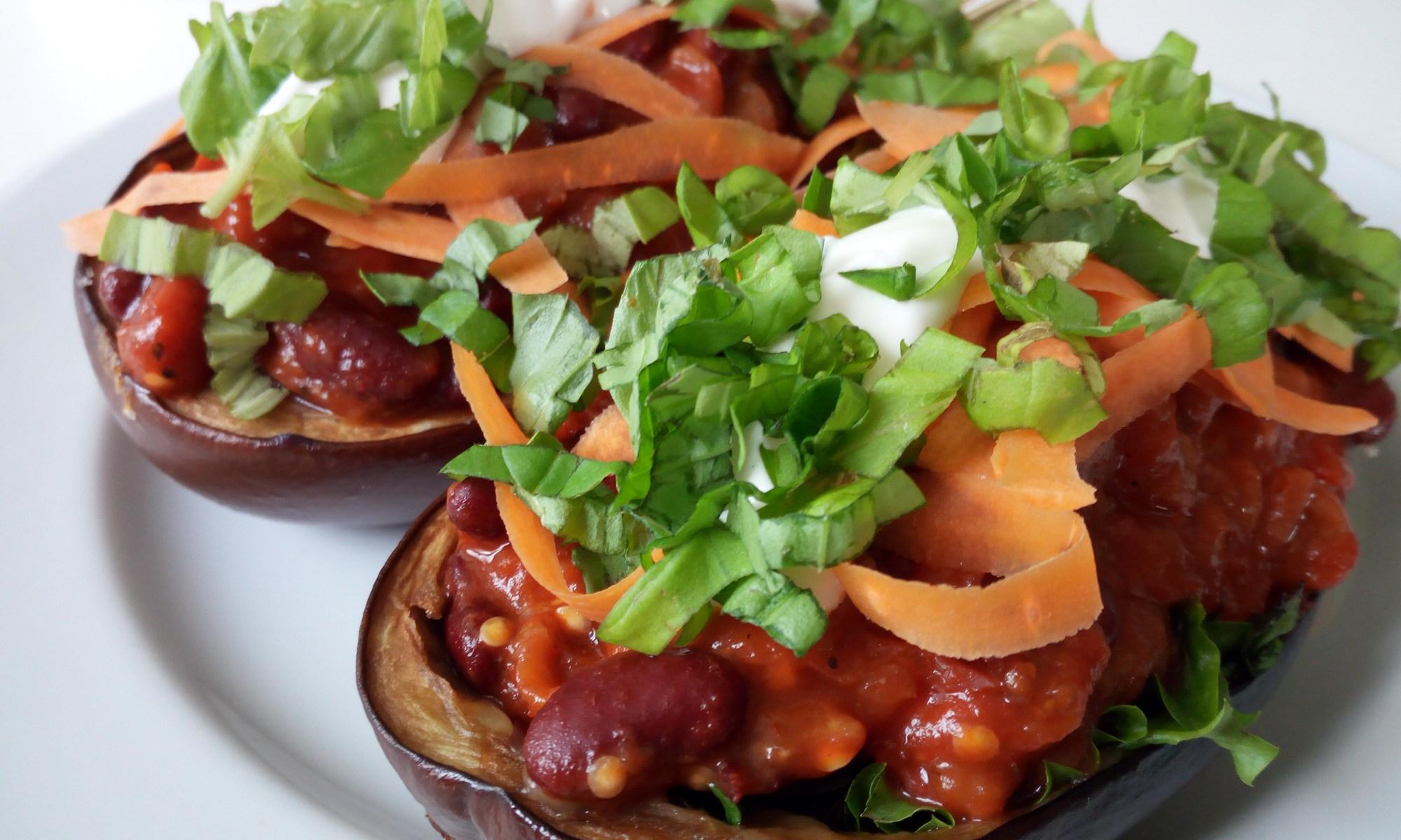 Toscana Ship - Gebackenen Aubergine mit mit einer würzigen Gemüse-Weißein-Mischung in Tomatensouce, darauf ein frischer cremiger Dip und zarte Karottenstreifen und Basilikum als Topping.