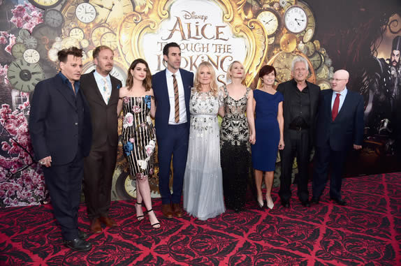 Actor Johnny Depp, director James Bobin, actors Anne Hathaway, Sacha Baron Cohen, producer Suzanne Todd, Mia Wasikowska, screenwriter Linda Wollverton, producer Joe Roth and actor Matt Lucas attend Disney's 'Alice Through the Looking Glass' premiere with the cast of the film, which included Johnny Depp, Anne Hathaway, Mia Wasikowska and Sacha Baron Cohen at the El Capitan Theatre on May 23, 2016 in Hollywood, California. (Photo by Alberto E. Rodriguez/Getty Images for Disney) *** Local Caption *** Johnny Depp; James Bobin; Anne Hathaway; Sacha Baron Cohen; Suzanne Todd; Mia Wasikowska; Linda Wolverton; Joe Roth; Matt Lucas - Foto: Alberto E. Rodriguez - 2016 Getty Images
