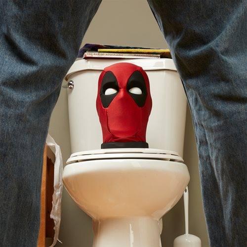 Cabeza de Deadpool en el baño