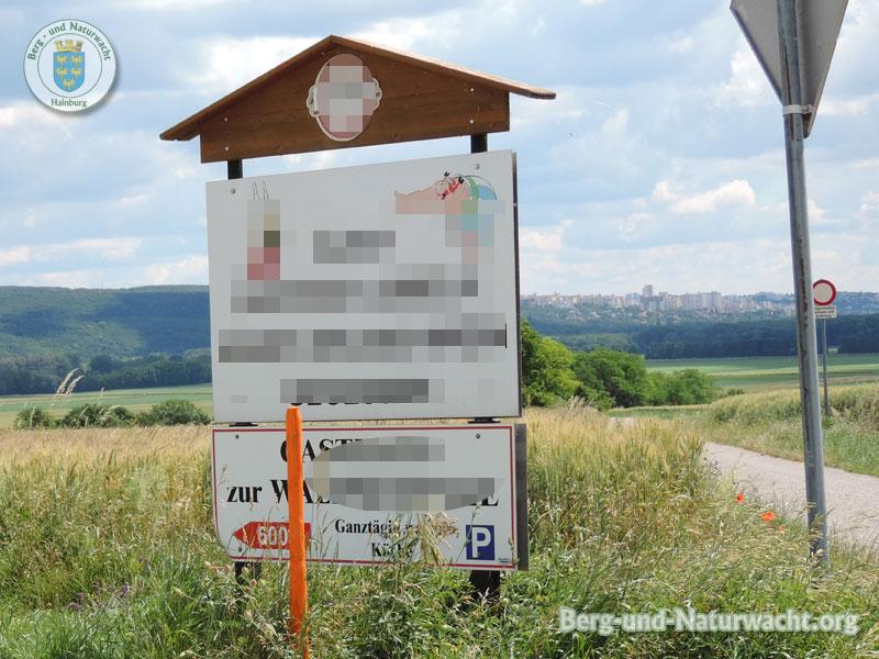 Irreführende & unbewilligte Werbetafel im Grünland wird entfernt