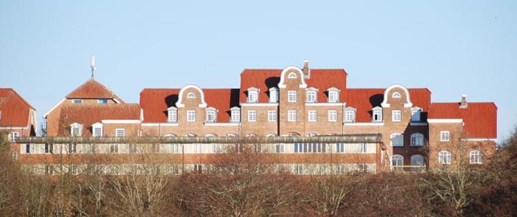 Asmildkloster Landsbrugsskole, set fra Salonsøen ved Borgvold i Viborg. Foto: Lars Schmidt.