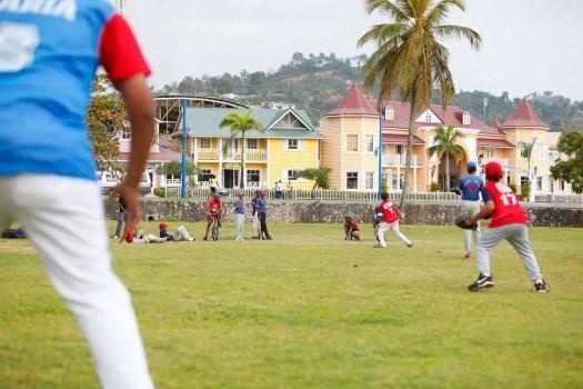 ragazzini giocano a baseball a Samanà