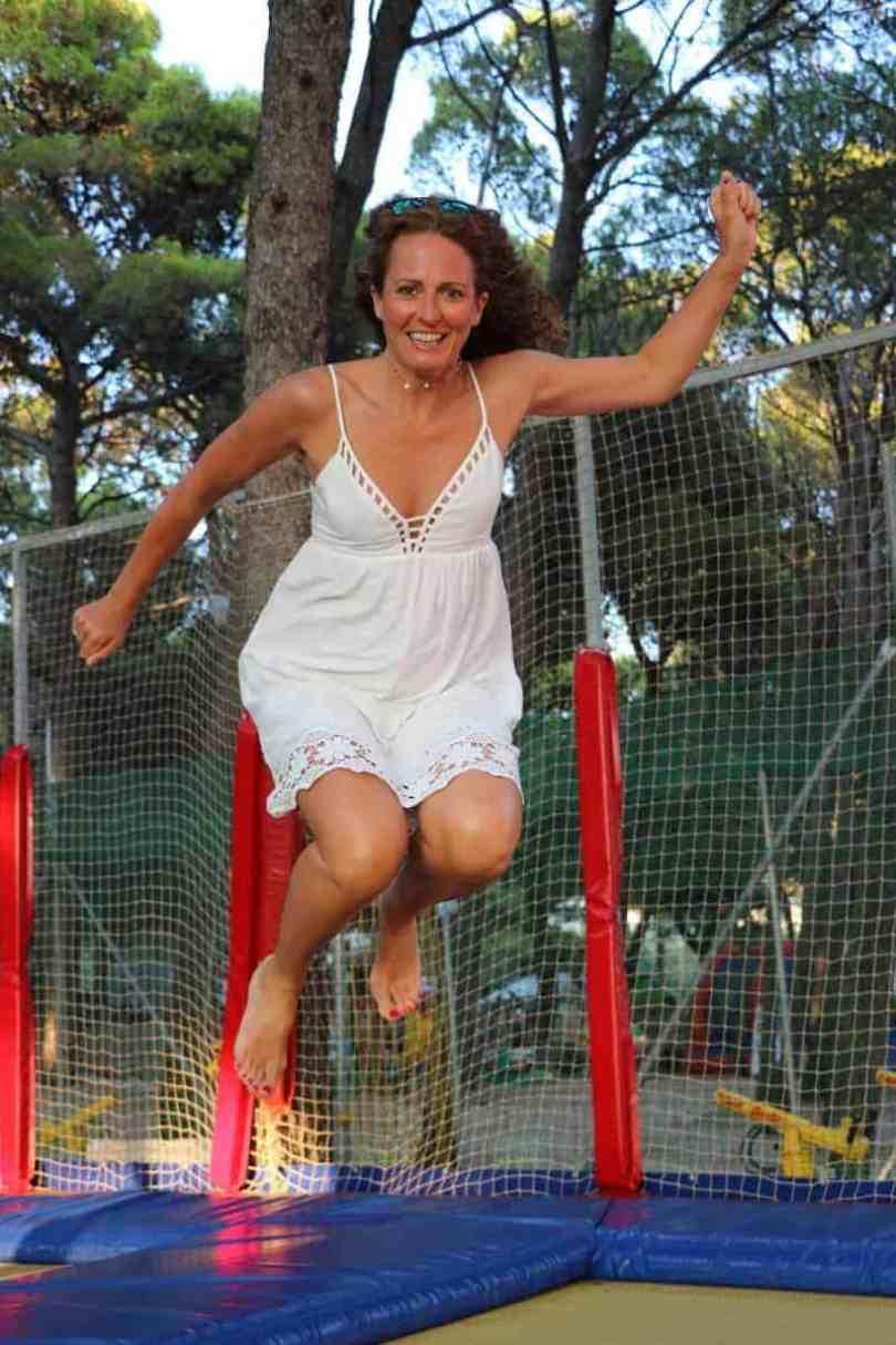 Skakanie na trampolinie - jeden z 12 sposobów na detoks po szczepieniach