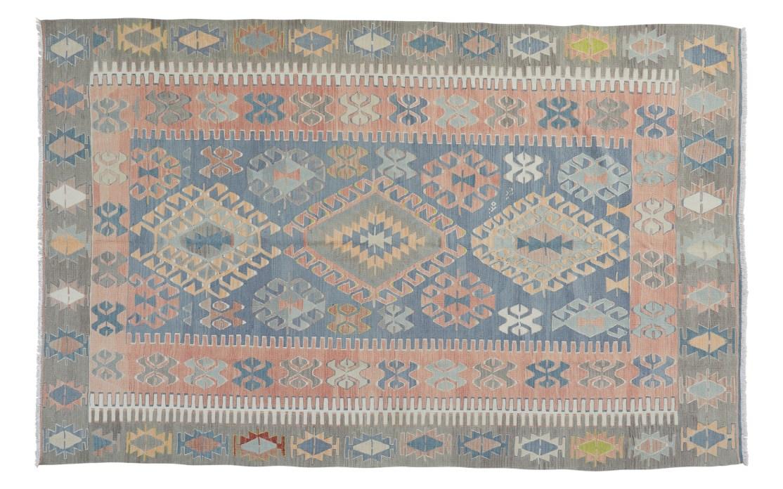 Stor lys kelim tæppe i blå, rosa og beige farver. Tæpper sælges i København