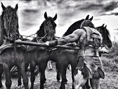 Dwayne Johnson con su carruaje y junto a su ejercito en las nuevas fotos de 'Hércules'