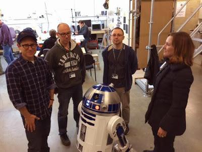 Primera foto del set de 'Star Wars: Episodio VII', con Abrams junto a R2-D2