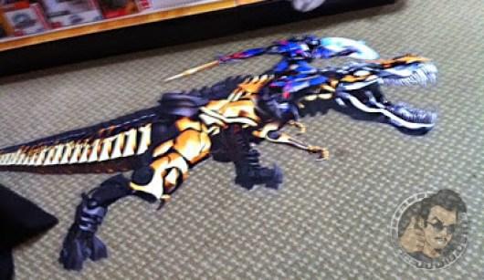 Foto de Optimus Prime sobre Grimlock en 'Transformers: La era de la extinción'