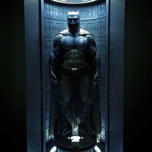 Ya puedes ver el traje Batman completo y al detalle en una nueva imagen de 'Batman v Superman: Dawn of Justice'