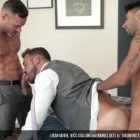 Manuel Skye y Mick Stallone engañan a Logan Moore y se lo follan a pachas en la oficina | Men At Play