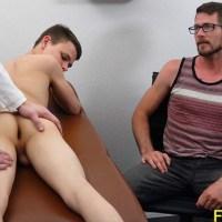 La Familia Polla: El doctor me folla y me preña el culo en su consulta delante de papá | Family Dick