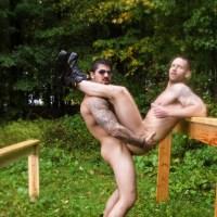 Battle Buddies 3: Ryan Bones le folla el culo al cadete Kit Cohen en el circuito de entrenamiento bajo la lluvia | MEN