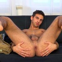 Milan Manek seduce a la cámara quedándose en pelotas, abriéndose de piernas luciendo culazo y pajeándose | Bad Puppy