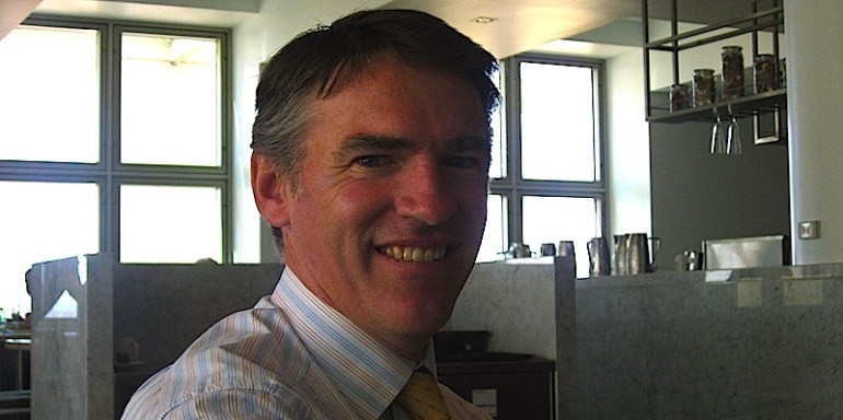 Rob Oakeshott in Queens Terrace Cafe, Parliament House, Canberra (Wikimedia Commons).