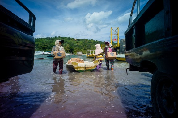 Lomography, New Russar+ Lens, Sandy Beach, Nusa Lembongan, Sea, Leica M-E, woman, workers