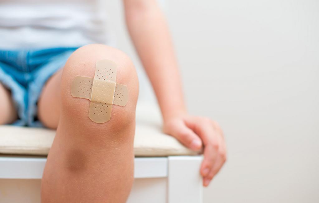 Чем обработать рану на колене у ребенка после падения если она гноится и не заживает