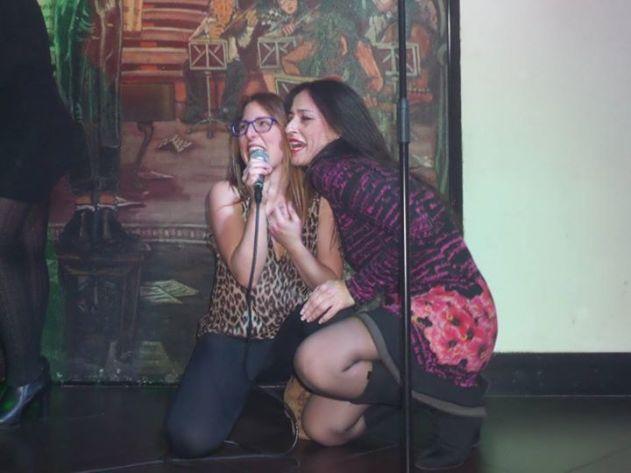 Nohemi Hervada en un karaoke