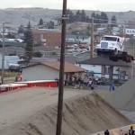 世界記録更新!トレーラートラックの鮮やかな大ジャンプーその距離なんと約50メートル!