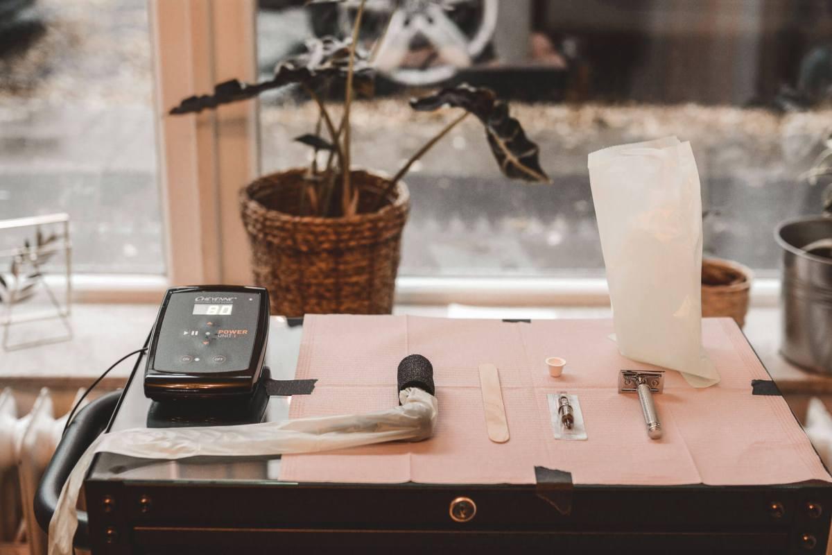 Ansicht eines Arbeitsplatzes im Atelier Noir nu mit angerichtetem Materialien
