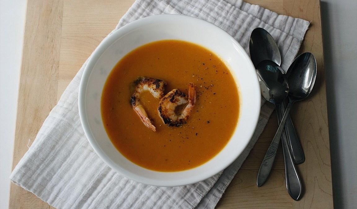 Potage aux patates douces et crevettes aux épices
