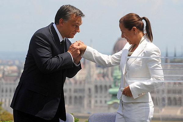 Orbán Viktor nagy híve a kézcsóknak, itt éppen a volt amerikai nagykövetet, Eleni Kounalakist köszönti