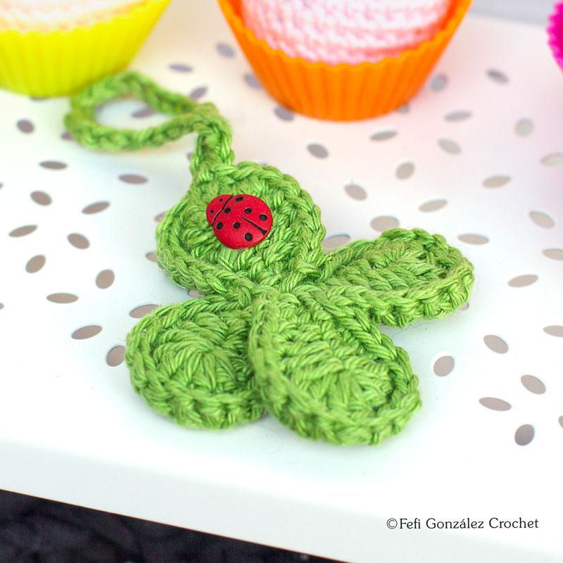Trébol de cuatro hojas realizado en crochet y con mariquita roja de Fefi González Crochet