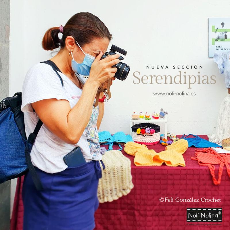 Noli-Nolina fotografiando la exposición de Fefi González Crochet en la Tiendita Siente Gran Canaria