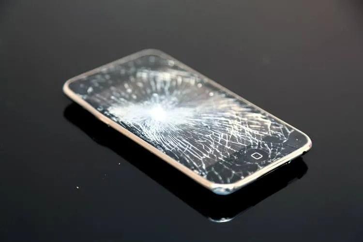 携帯は解約したけど、iPhoneは割れてないよ