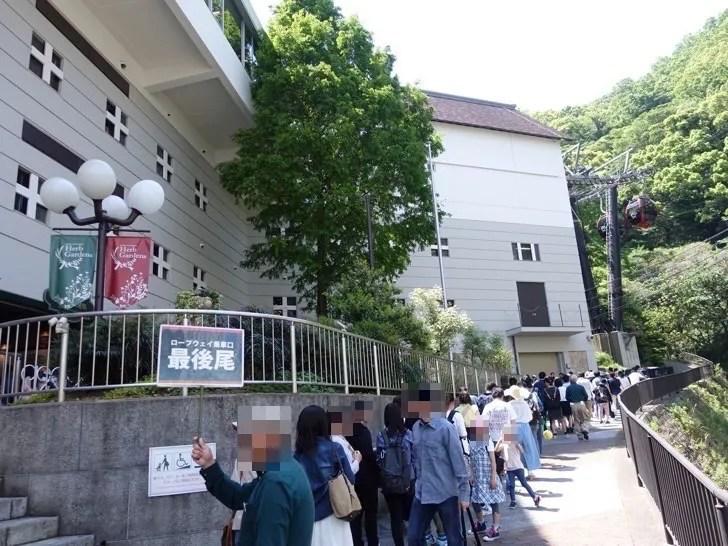 神戸布引ロープウェイのチケット売り場に行列ができる