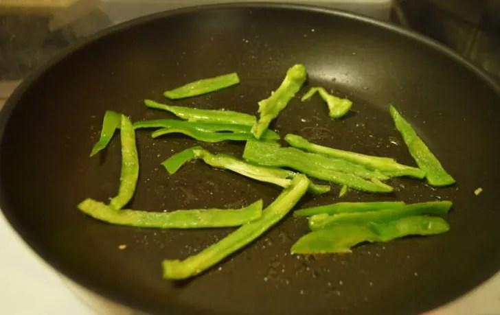 ピーマンを3mmくらいに細切りし、炒める。