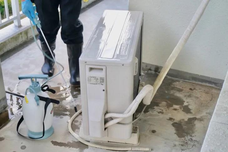 エアコンクリーニングの様子(室外機の洗浄)