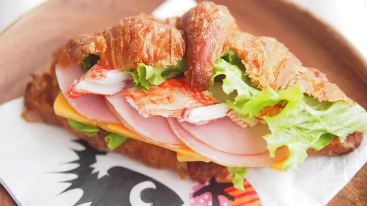 コストコのクロワッサン(ハム・カニカマ・チーズ野菜サンドにアレンジ)