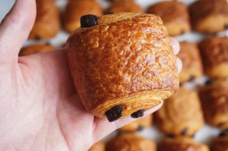 コストコのパンオショコラサヴール(手に取った様子)