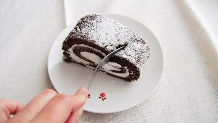 コストコの米粉のスイスロール(ロールケーキをフォークで食べる)