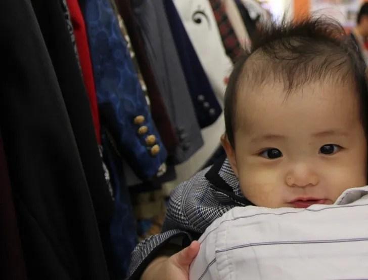 衣装部屋で撮影した赤ちゃんのオフショット