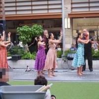 ハワイ・オアフ島のワイキキビーチウォークで行われたフラダンスショー(ショーの様子2)