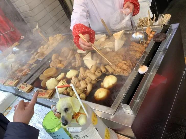 「増英蒲鉾店(ますえいかまぼこてん)」の店頭で売られているおでんの種