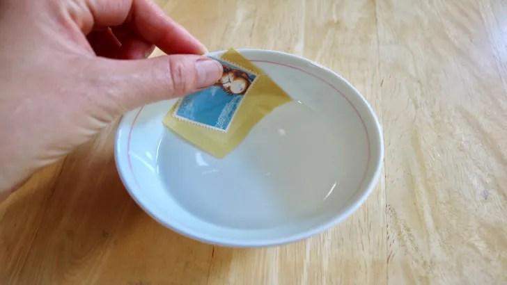 一度貼った切手をお湯で綺麗にはがす方法(62円切手をお湯にしばらく浸したらスルッとはがれる)