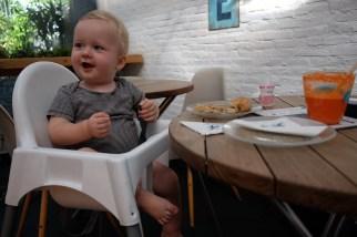 Croissant og gulerodsjuice på den franske café