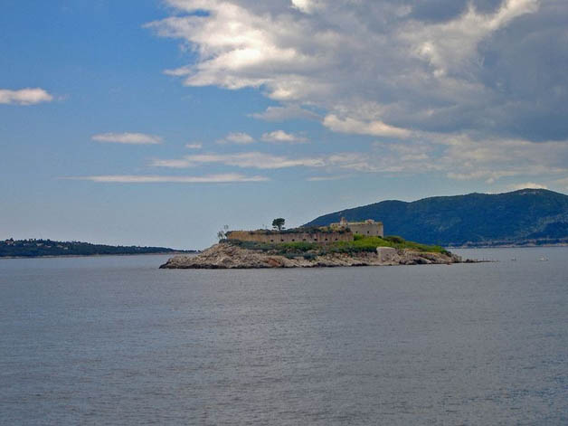 https://i1.wp.com/nomadesdigitais.com/wp-content/uploads/2016/01/mamula-island-fort-22.jpg
