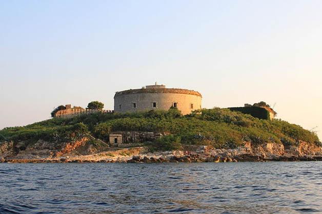 https://i1.wp.com/nomadesdigitais.com/wp-content/uploads/2016/01/mamula-island-fort-92.jpg