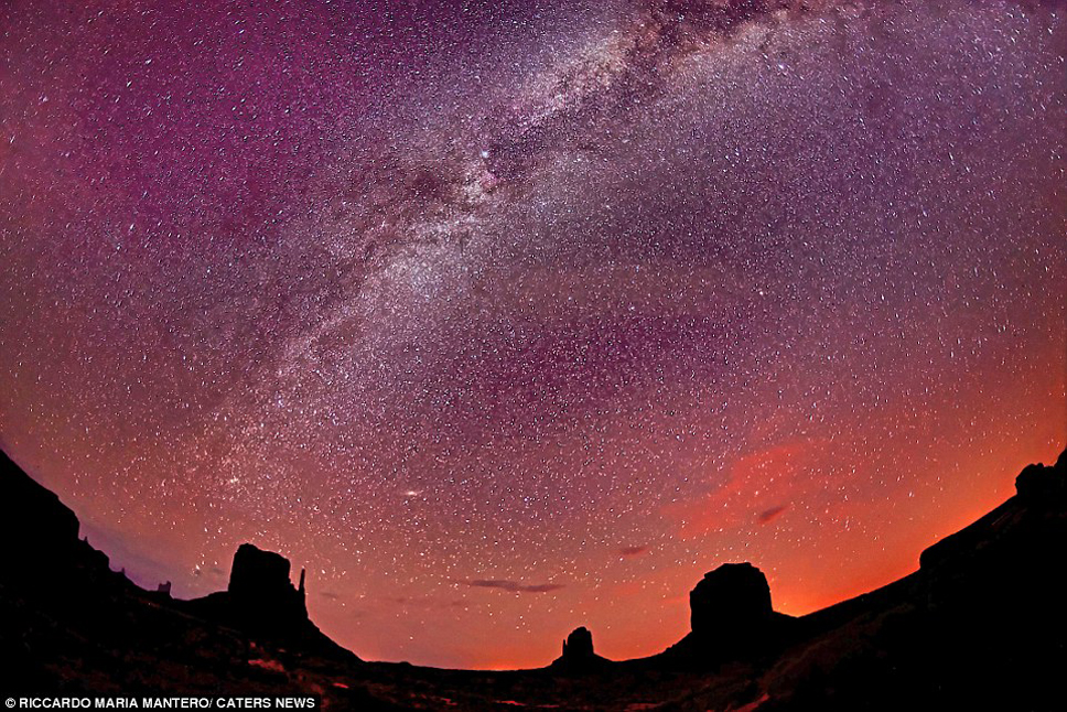 35940B0B00000578-3655920-The_Milky_Way_in_the_red_sand_of_the_desert_in_the_Navajo_reserv-a-35_1466673066491