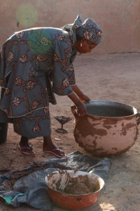 Aya prepares a stew for the dignitaries.
