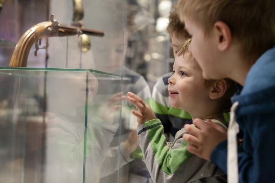 world schooling - kids in a museum